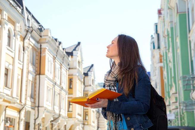 Communication in foreign language helps avoid emotional decisions