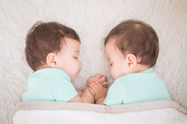 Genetics influences gazing patterns and mental development in twins